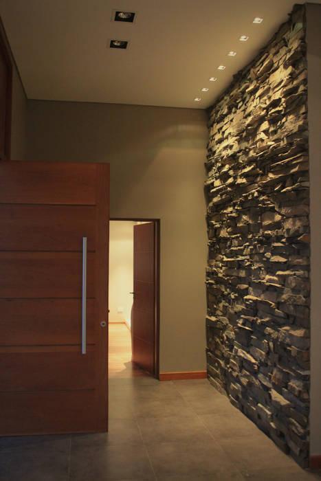 CASA MJM Pasillos, vestíbulos y escaleras minimalistas de JORGELINA ALVAREZ I arquitecta I Minimalista