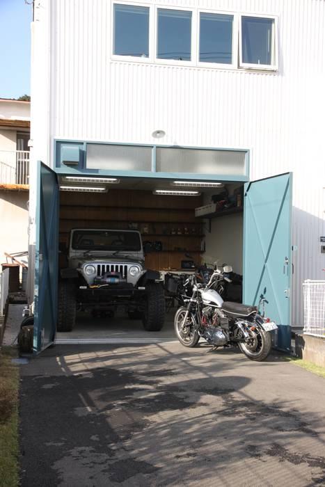 天高3m以上あるガレージがある家 HOUSETRAD CO.,LTD オリジナルデザインの ガレージ・物置