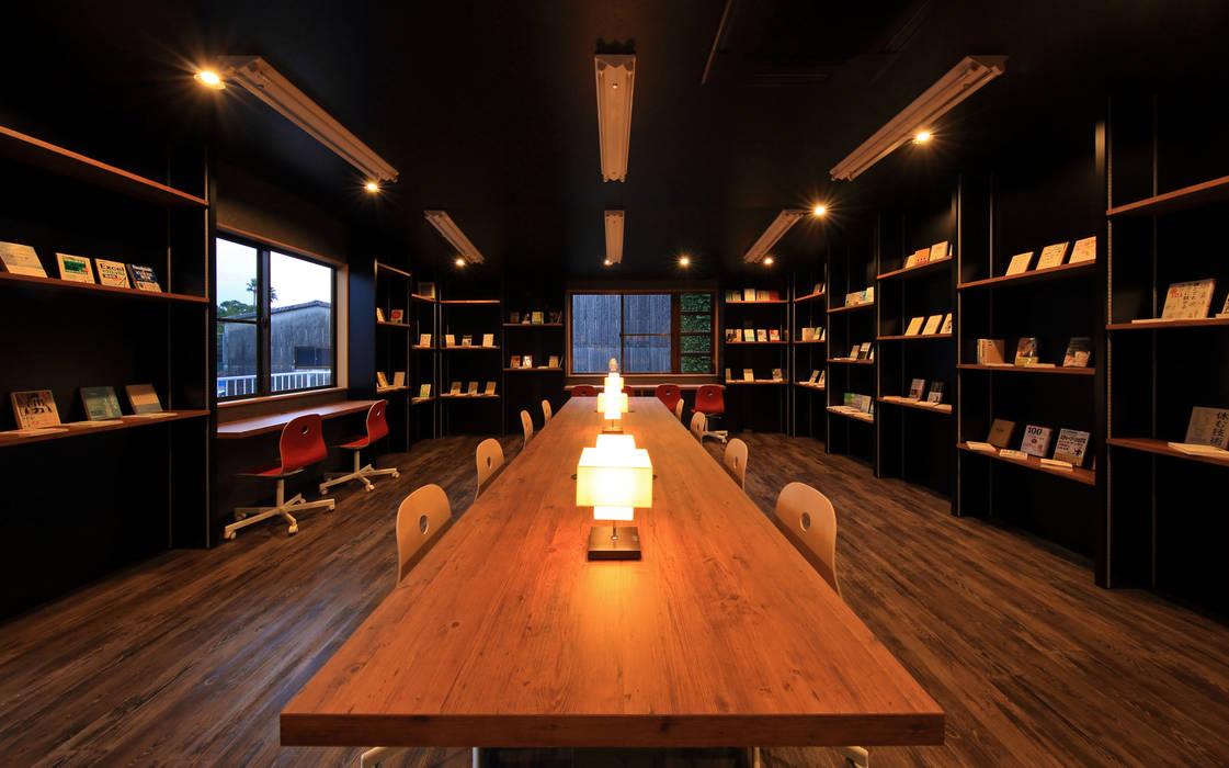 Oficinas y bibliotecas de estilo moderno de 猪股浩介建築設計 Kosuke InomataARHITECTURE Moderno Madera Acabado en madera