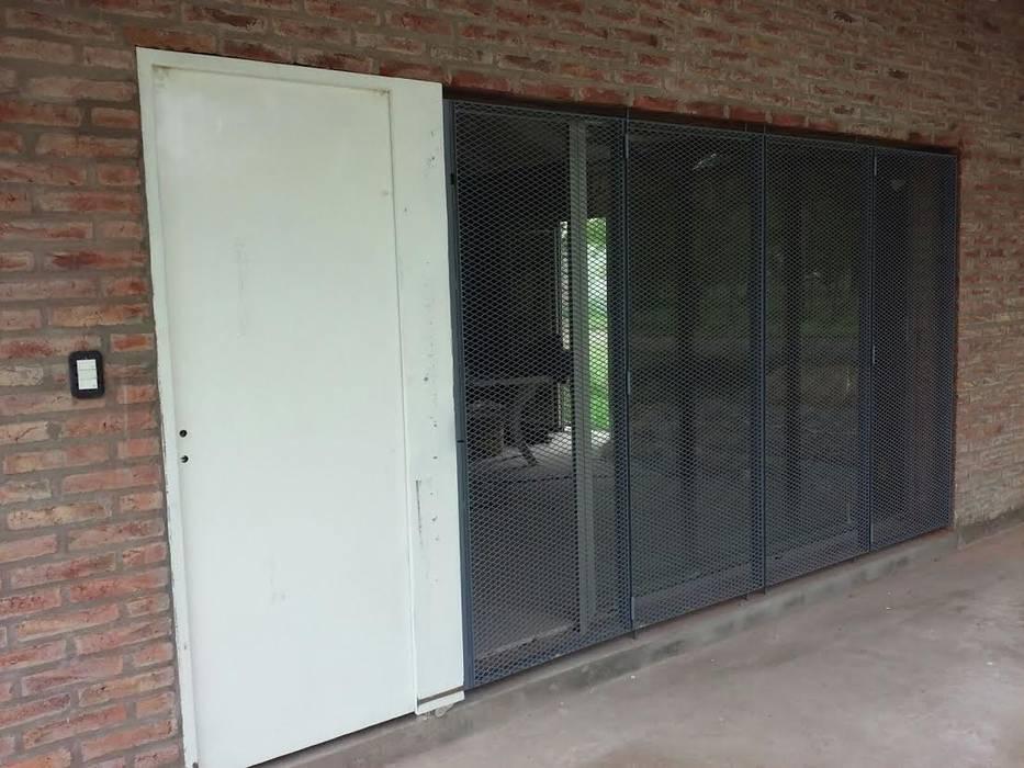 Garage / Hangar de style  par Herrería Lucas