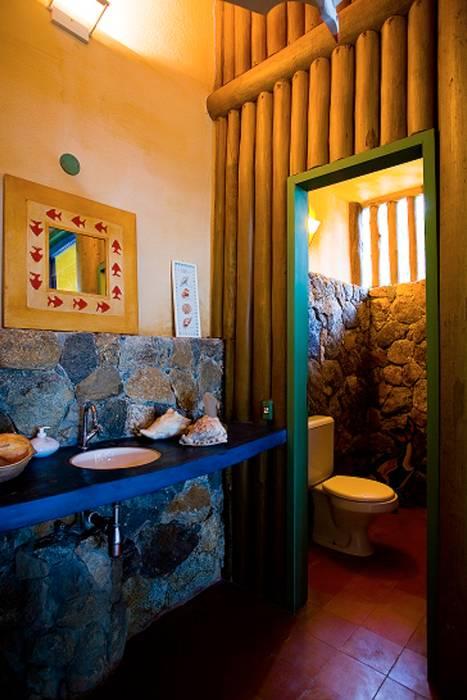 Rustic style bathrooms by MADUEÑO ARQUITETURA & ENGENHARIA Rustic