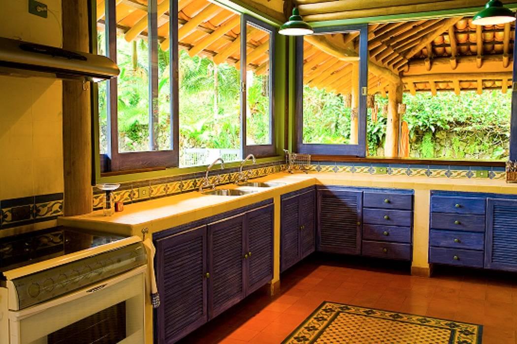 Rustic style kitchen by MADUEÑO ARQUITETURA & ENGENHARIA Rustic