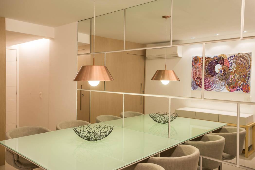 A utilização de espelhos transforma pequenos espaços em grandes ambientes Sara Santos Arquitecta Sala de jantarAcessórios e decoração