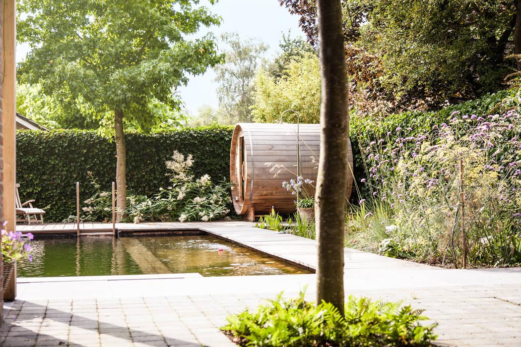 Wellness tuin verbonden met het landschap:  Tuin door Studio REDD exclusieve tuinen, Landelijk