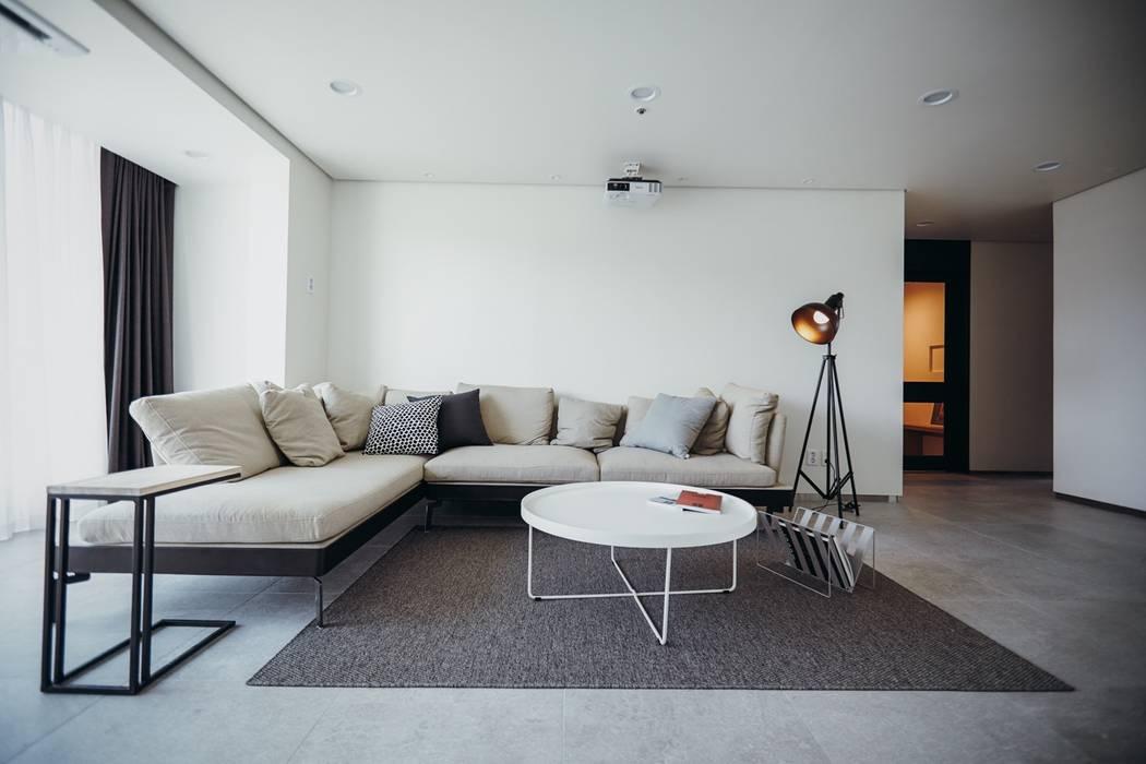 Salones de estilo  de 샐러드보울 디자인 스튜디오, Moderno