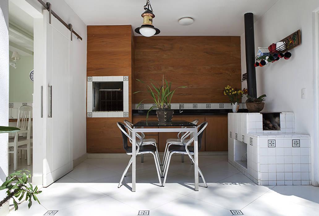 Teras oleh Lucia Helena Bellini arquitetura e interiores, Modern