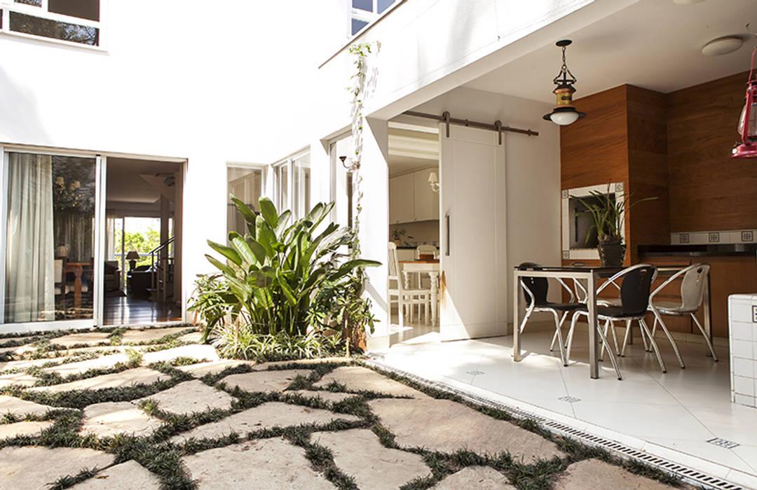 Residencia em Condomínio fechado Lucia Helena Bellini arquitetura e interiores Varandas, alpendres e terraços modernos