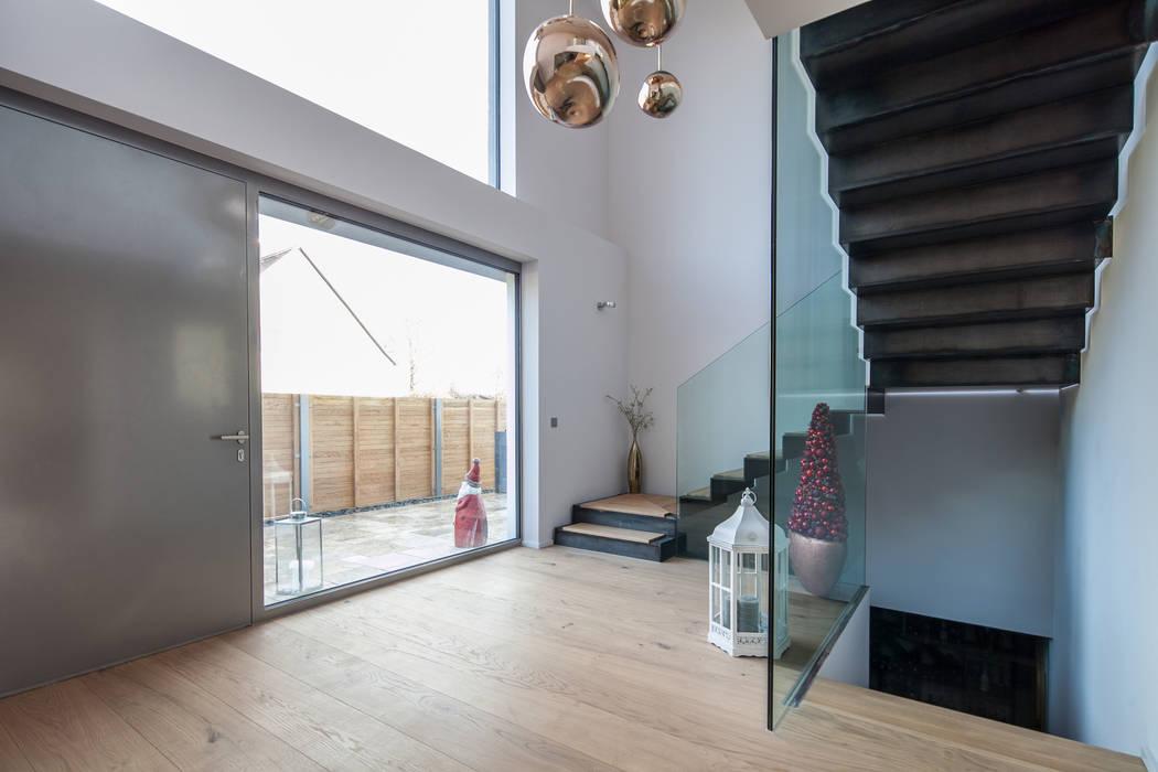 Couloir, entrée, escaliers modernes par BESPOKE GmbH // Interior Design & Production Moderne