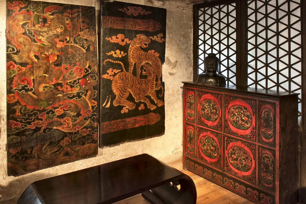 Sala di mezzo: Soggiorno in stile in stile Asiatico di Thais s.r.l