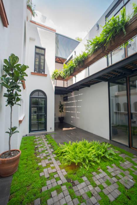 CASA EN HIPÓDROMO CONDESA Balcones y terrazas modernos de TW/A Architectural Group Moderno