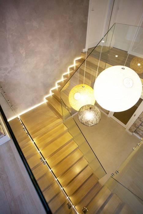 Couloir, entrée, escaliers modernes par lifestyle-treppen.de Moderne Bois Effet bois