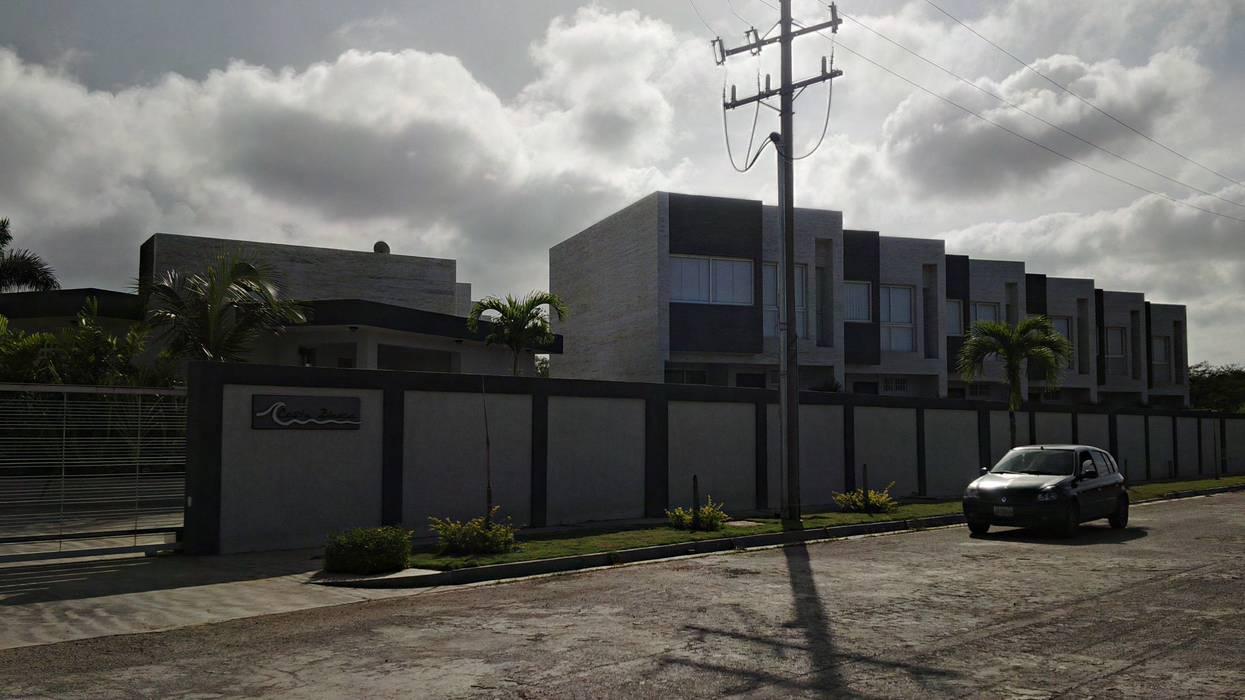 Vista Real acceso  al conjunto Costa Blanca desde la calle: Casas de estilo minimalista por Grupo JOV Arquitectos