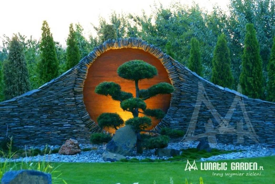 Ogród w stylu orientalnym z oczkiem wodnym: styl , w kategorii  zaprojektowany przez Lunatic Garden
