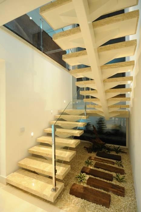 Cabral Arquitetura Ltda. Modern corridor, hallway & stairs