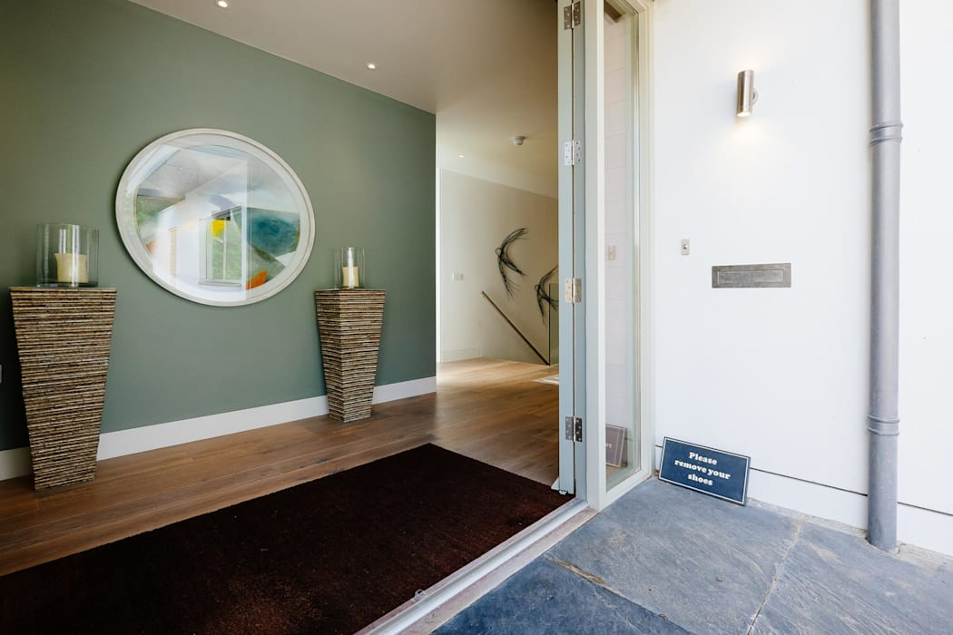 Entrance Modern corridor, hallway & stairs by Perfect Stays Modern
