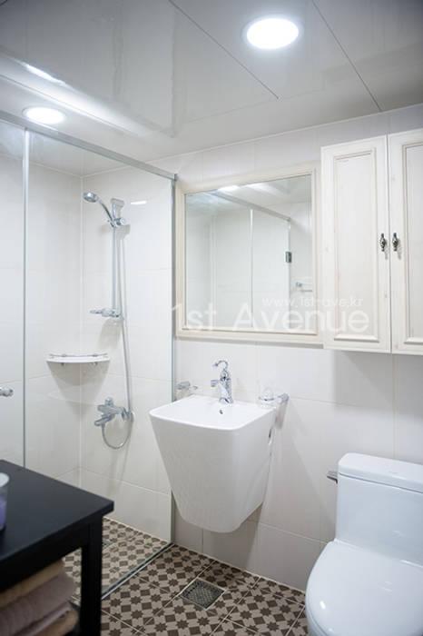 가구를 위한 모던인테리어 모던스타일 욕실 by 퍼스트애비뉴 모던