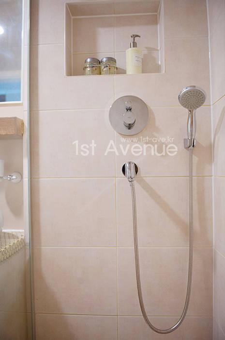 가구를 위한 모던인테리어 : 퍼스트애비뉴의  욕실,모던