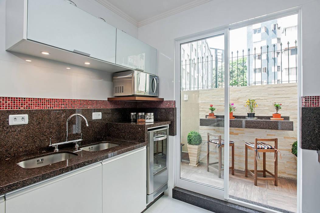 Kitchen by Patrícia Azoni Arquitetura + Arte & Design, Tropical