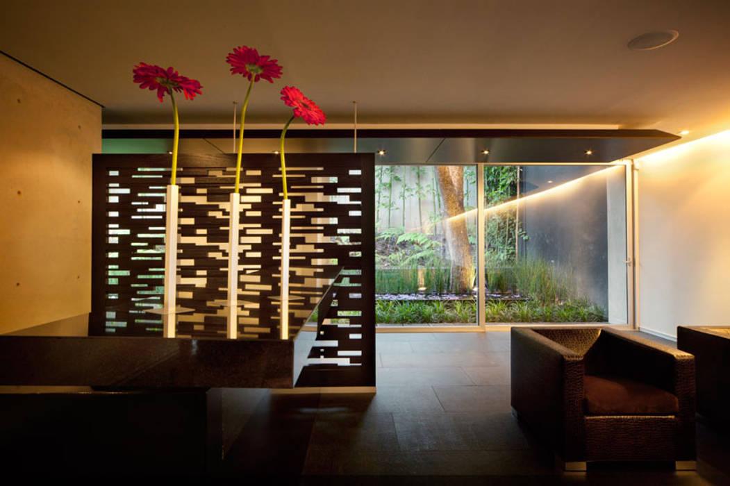 Casa Galeana: Ventanas de estilo  por grupoarquitectura, Minimalista