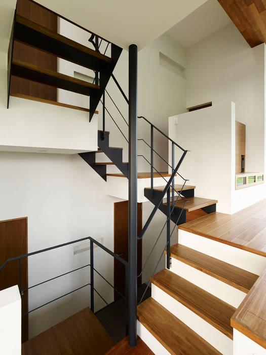 石井の家: 小野里信建築アトリエが手掛けた廊下 & 玄関です。