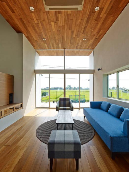 石井の家: 小野里信建築アトリエが手掛けたリビングです。