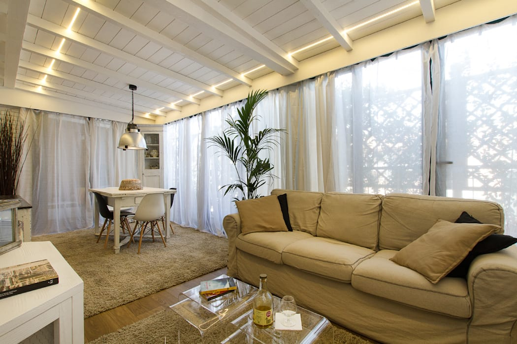 Appartamento modern country: soggiorno in stile in stile moderno di ...