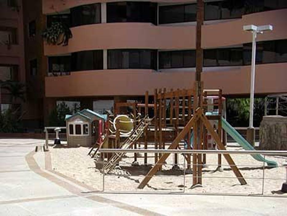PARQUE INFANTIL CONJUNTO RESIDENCIAL LAGUNA SUITES Pasillos, vestíbulos y escaleras de estilo moderno de Grupo JOV Arquitectos Moderno Arenisca
