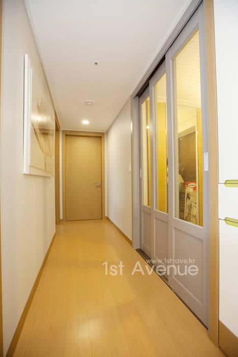 개성있는 침실이 있는 왕십리 인테리어 모던스타일 복도, 현관 & 계단 by 퍼스트애비뉴 모던