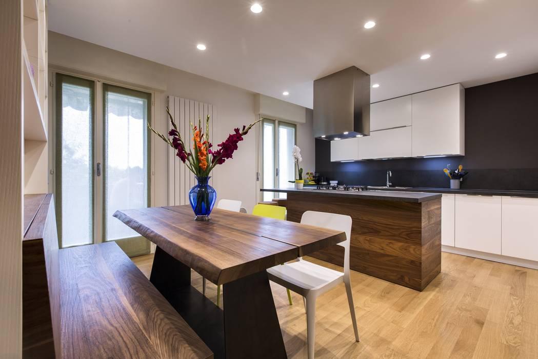 Ristrutturazione Appartamento: Sala da pranzo in stile in stile Moderno di Elia Falaschi Photographer