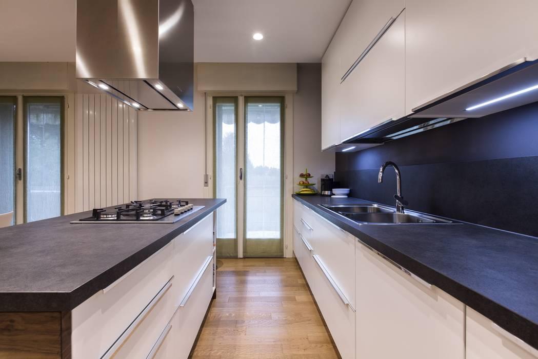 Ristrutturazione Appartamento: Cucina in stile in stile Moderno di Elia Falaschi Photographer