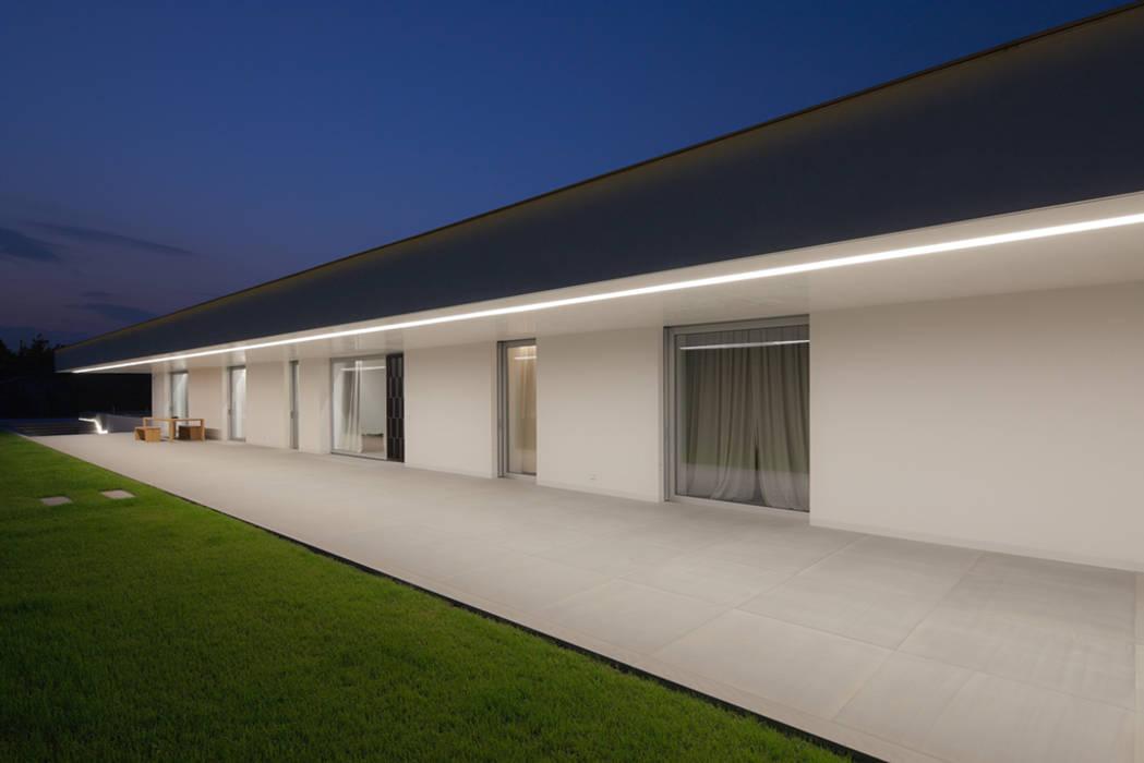 CASA DELLE BOTTERE: Case in stile in stile Moderno di GLIP | The Lighting Partner