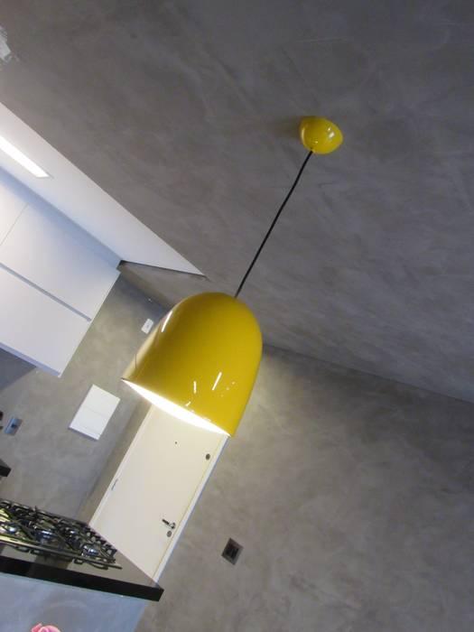 Apartamento de 3 dormitórios recebe reforma e vira um loft.: Salas de jantar  por Escritório de Arquitetura Cláudia Mendonça,