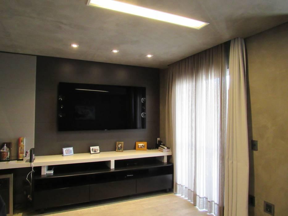 Apartamento de 3 dormitórios recebe reforma e vira um loft. Salas de estar industriais por Escritório de Arquitetura Cláudia Mendonça Industrial
