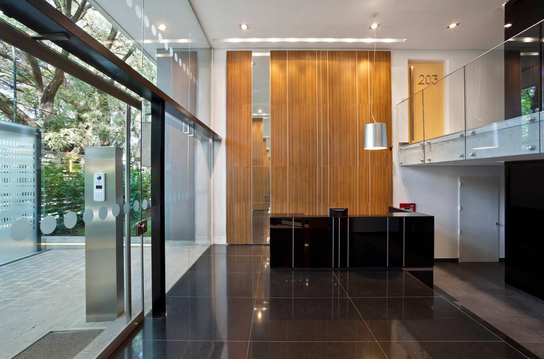 JV&ARQS Asociados Коридор, прихожая и лестница в модерн стиле