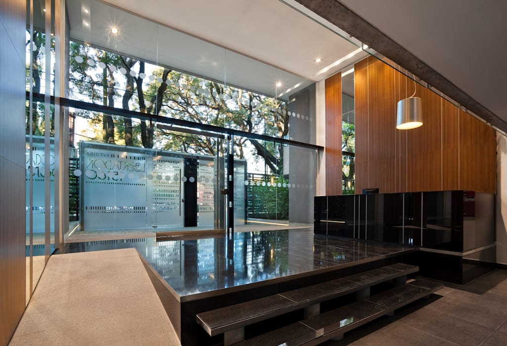 Hall Pasillos, vestíbulos y escaleras modernos de JV&ARQS Asociados Moderno
