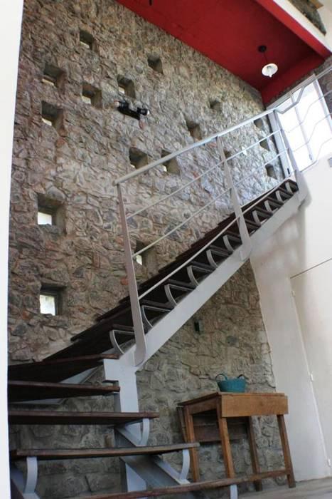 Casa Pampillo: Pasillos y recibidores de estilo  por AyC Arquitectura