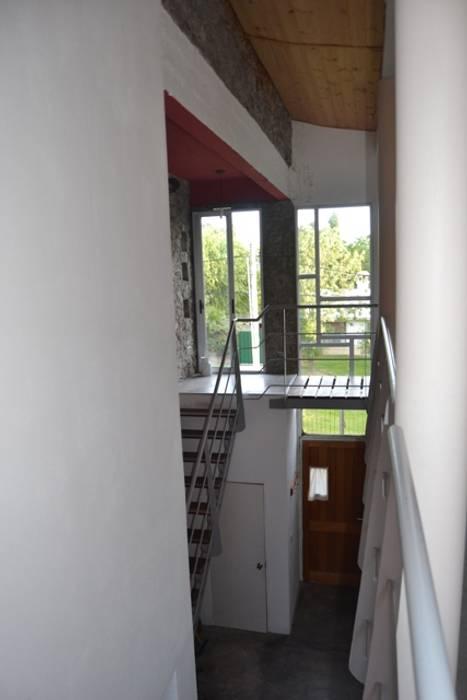 Casa Pampillo Pasillos, vestíbulos y escaleras modernos de AyC Arquitectura Moderno