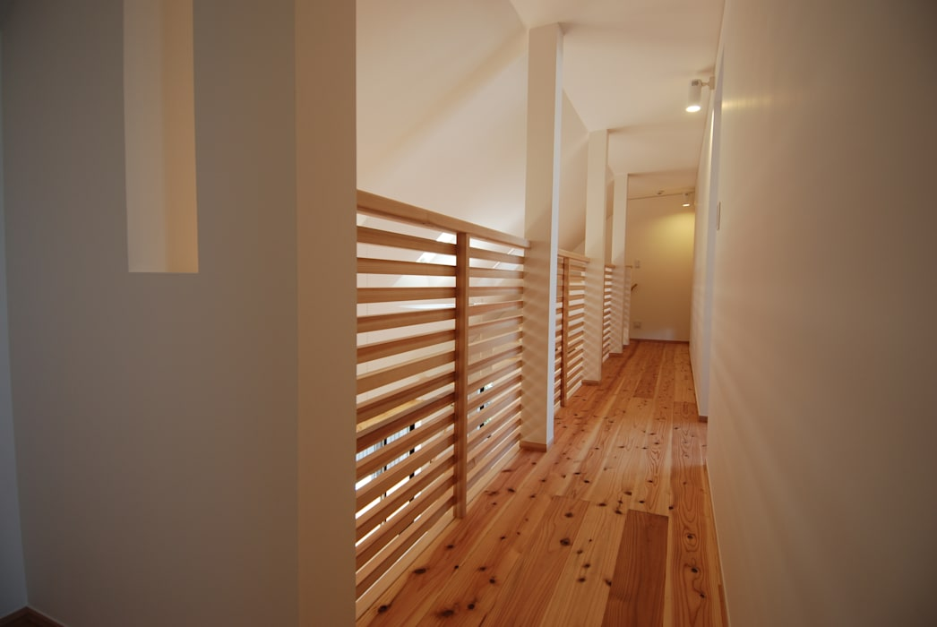 Couloir, entrée, escaliers originaux par 株式会社PLUS CASA Éclectique