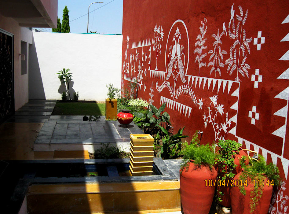 THE CAFTED HOUSE :  Garden by ar.dhananjay pund architects & designers ,Asian