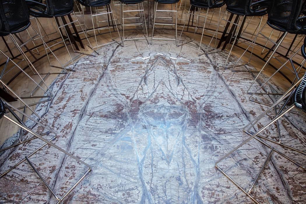 Foglia in marmo Foresti Brown: Pareti in stile  di Travertini & Pietre S.r.l. a socio unico