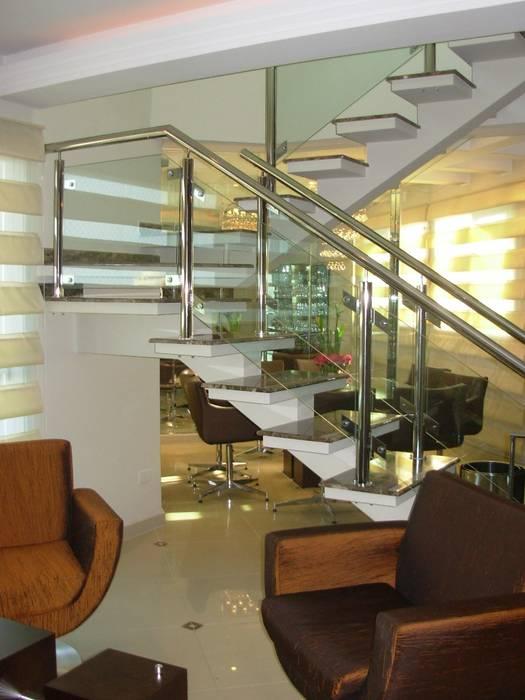 Escada cobertura duplex: Corredores e halls de entrada  por Penha Alba Arquitetura e Interiores,