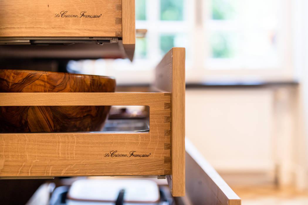 Coffre en assemblage ébénisterie de la Cuisine Française: Cuisine de style de style Classique par MJ Home