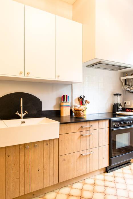 cuisine  avec plan de travail en granit noir: Cuisine de style de style Classique par MJ Home