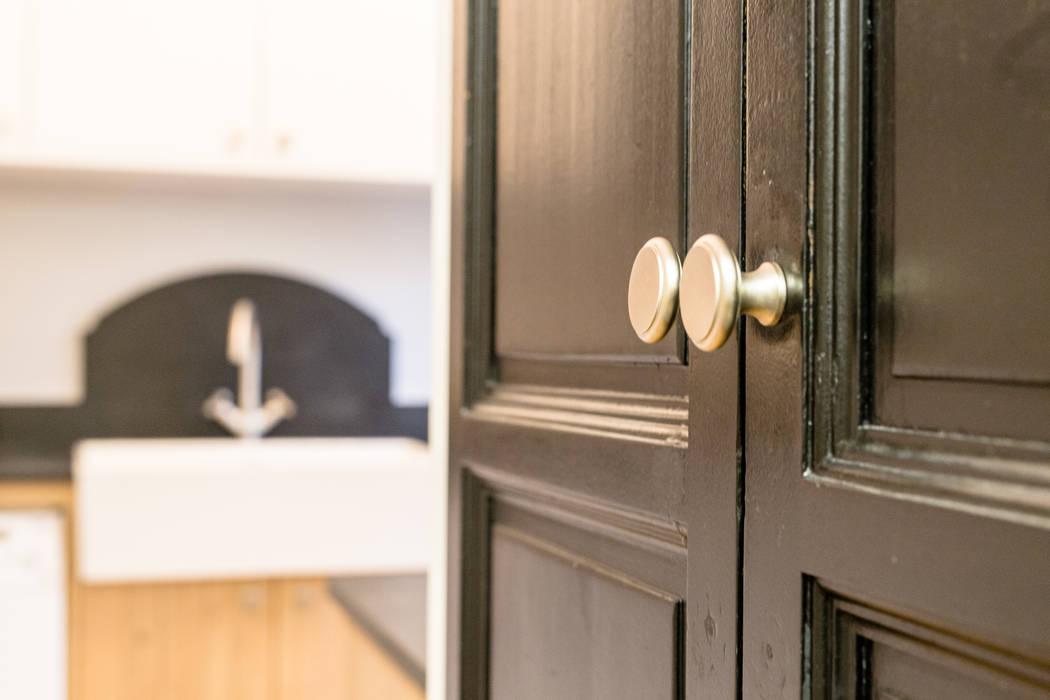 Mise en valeur de portes en chêne existantes: Cuisine de style de style Classique par MJ Home