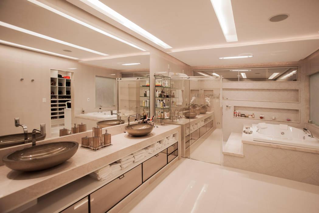 Bathroom by Heloisa Titan Arquitetura