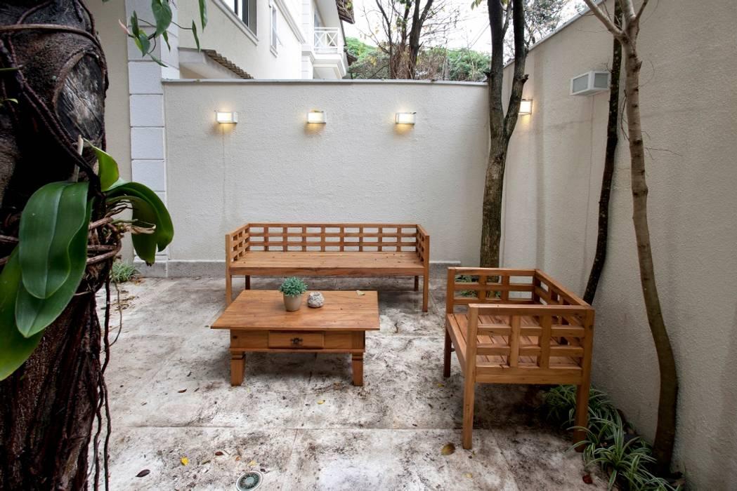Jardines modernos de Michelle Machado Arquitetura Moderno Madera maciza Multicolor