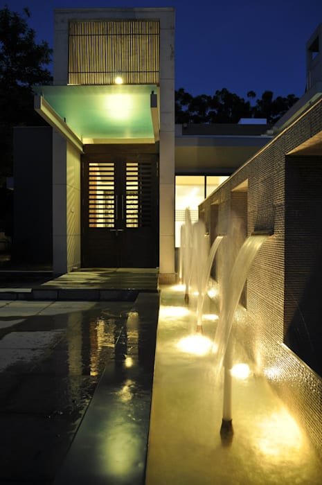 Modern corridor, hallway & stairs by Vipul Patel Architects Modern
