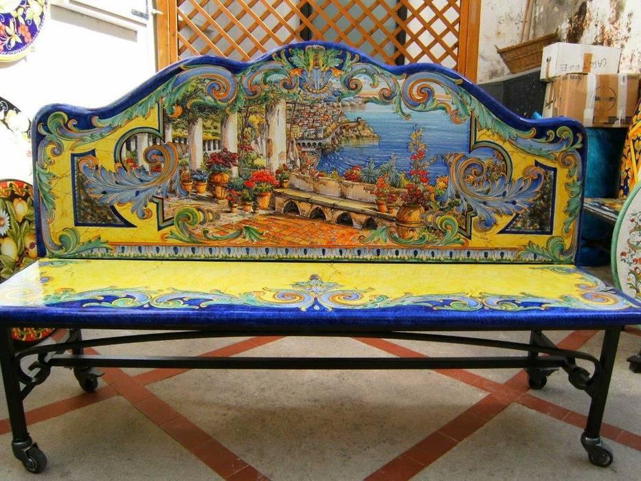 Panchina in pietra lavica decorata a mano Giardino in stile mediterraneo di CE.AR CERAMICHE Mediterraneo