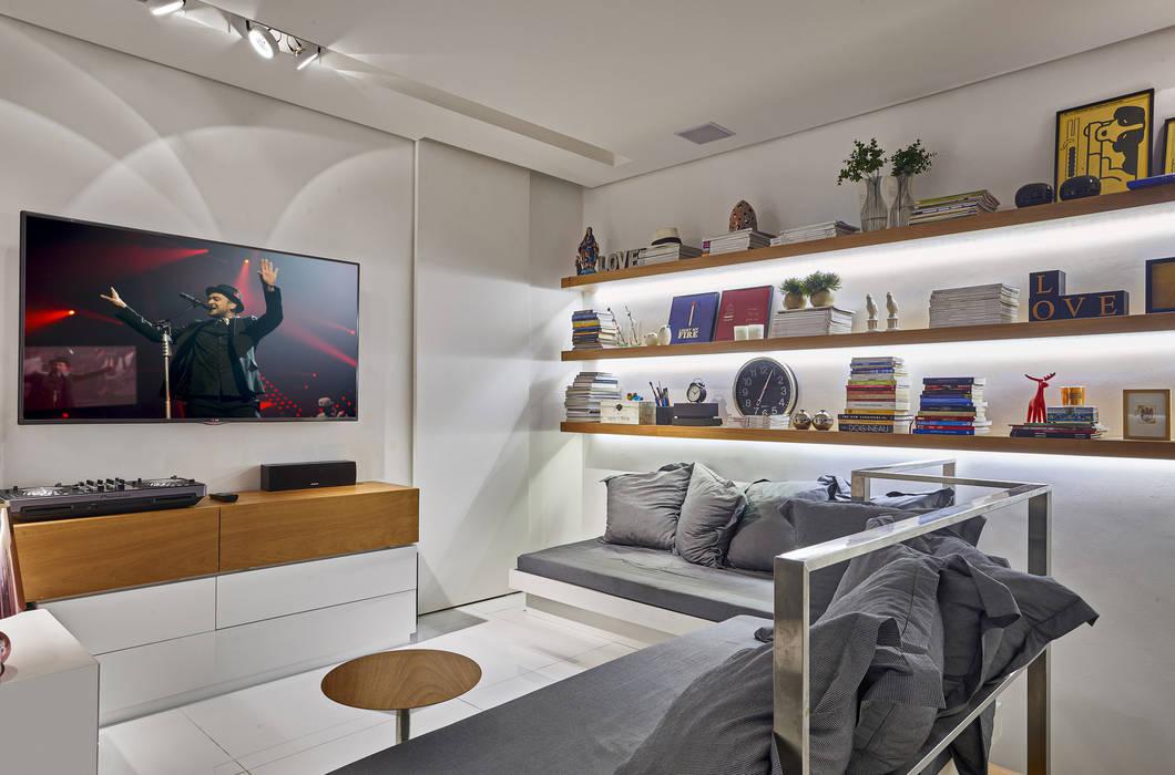 Salle multimédia moderne par Piacesi Arquitetos Moderne
