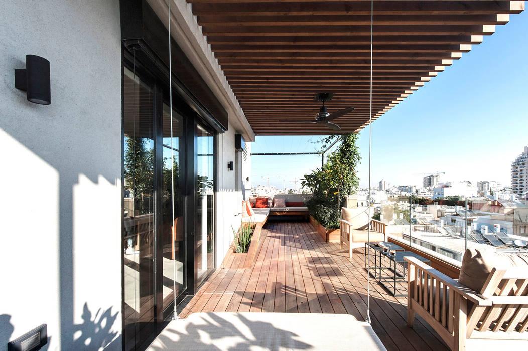 Duplex Penthouse in Tel Aviv: Terrasse de style  par toledano + architects, Minimaliste Bois Effet bois